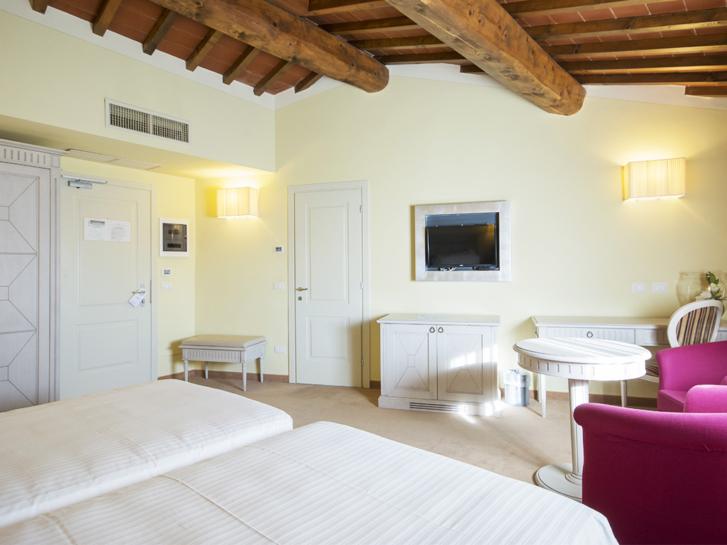 bedroom with two single beds Hotel Certaldo