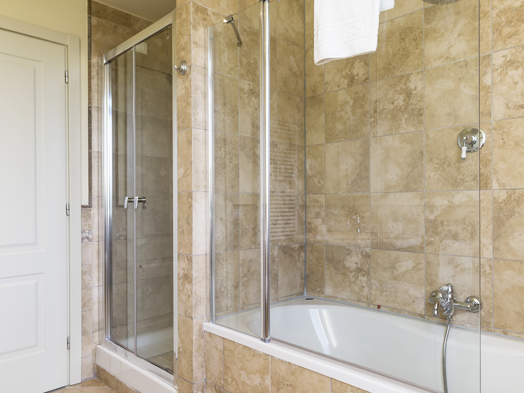 bathroom with shower and bath Hotel Certaldo