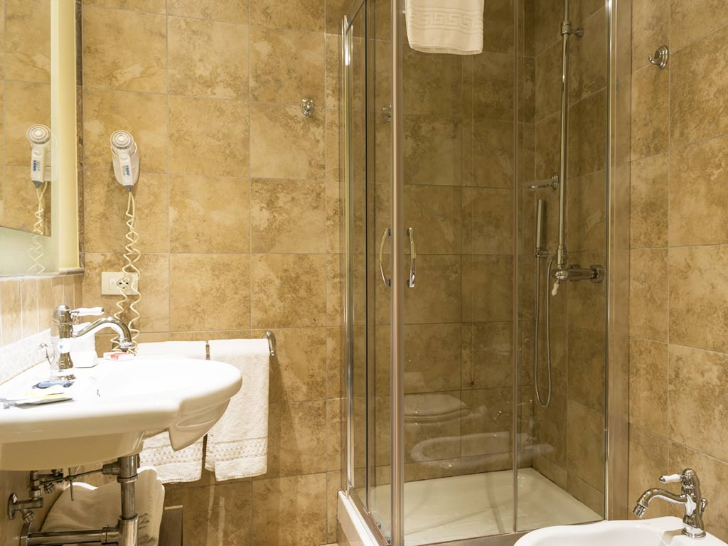 bathroom with shower Hotel Certaldo