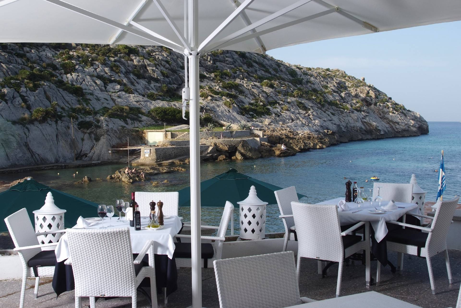 restaurant-terrace-with-view-over-the-bay-at-the-hotel-niu-restaurant-cala-san-vicente--by-hoposa