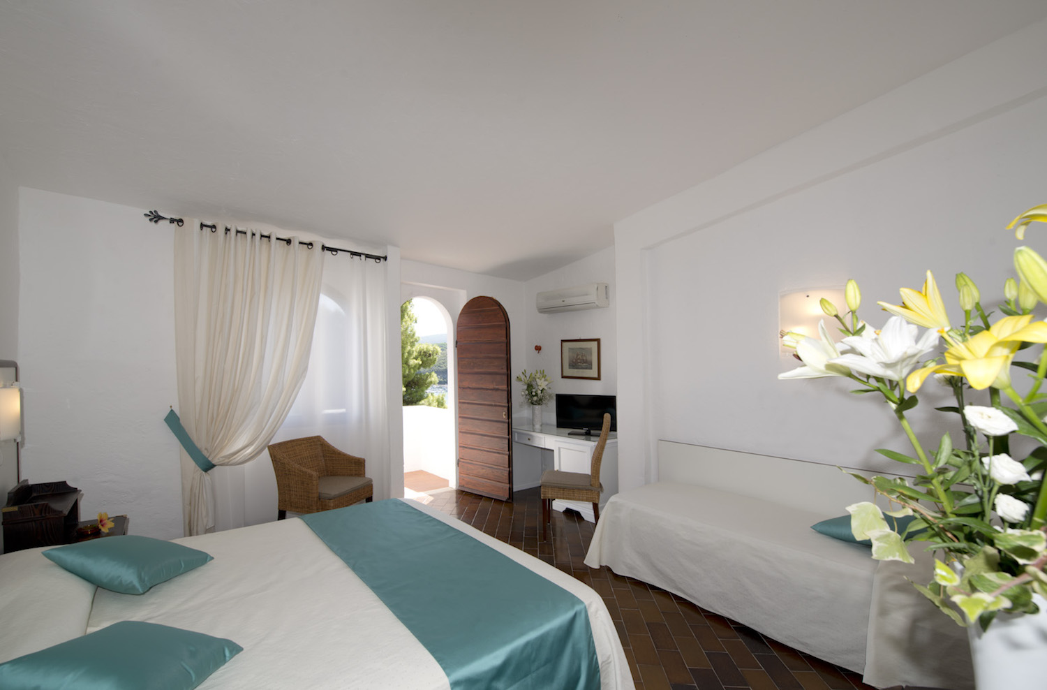 Room with a king size bed, a single bed, sofa, chairs, TV and terrace