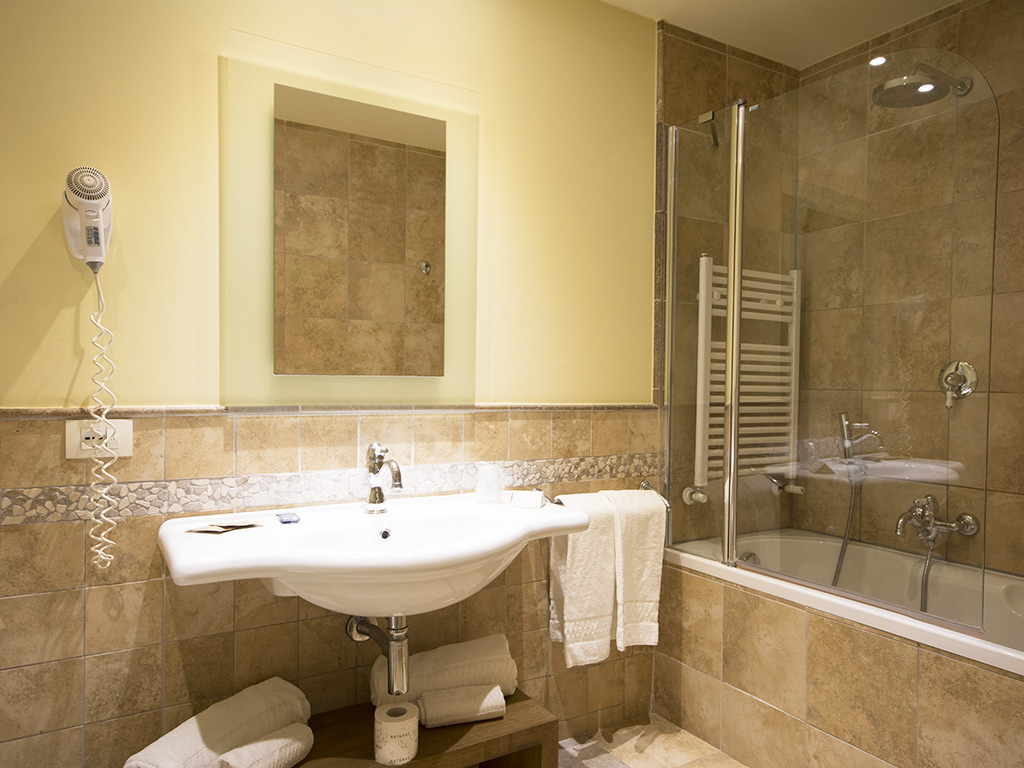 bathroom with bath and shower Hotel Certaldo