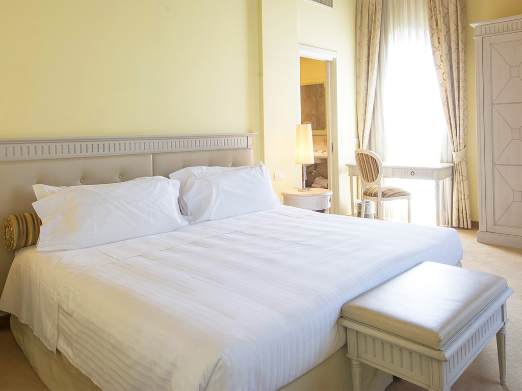 bedroom with double bed Hotel Certaldo