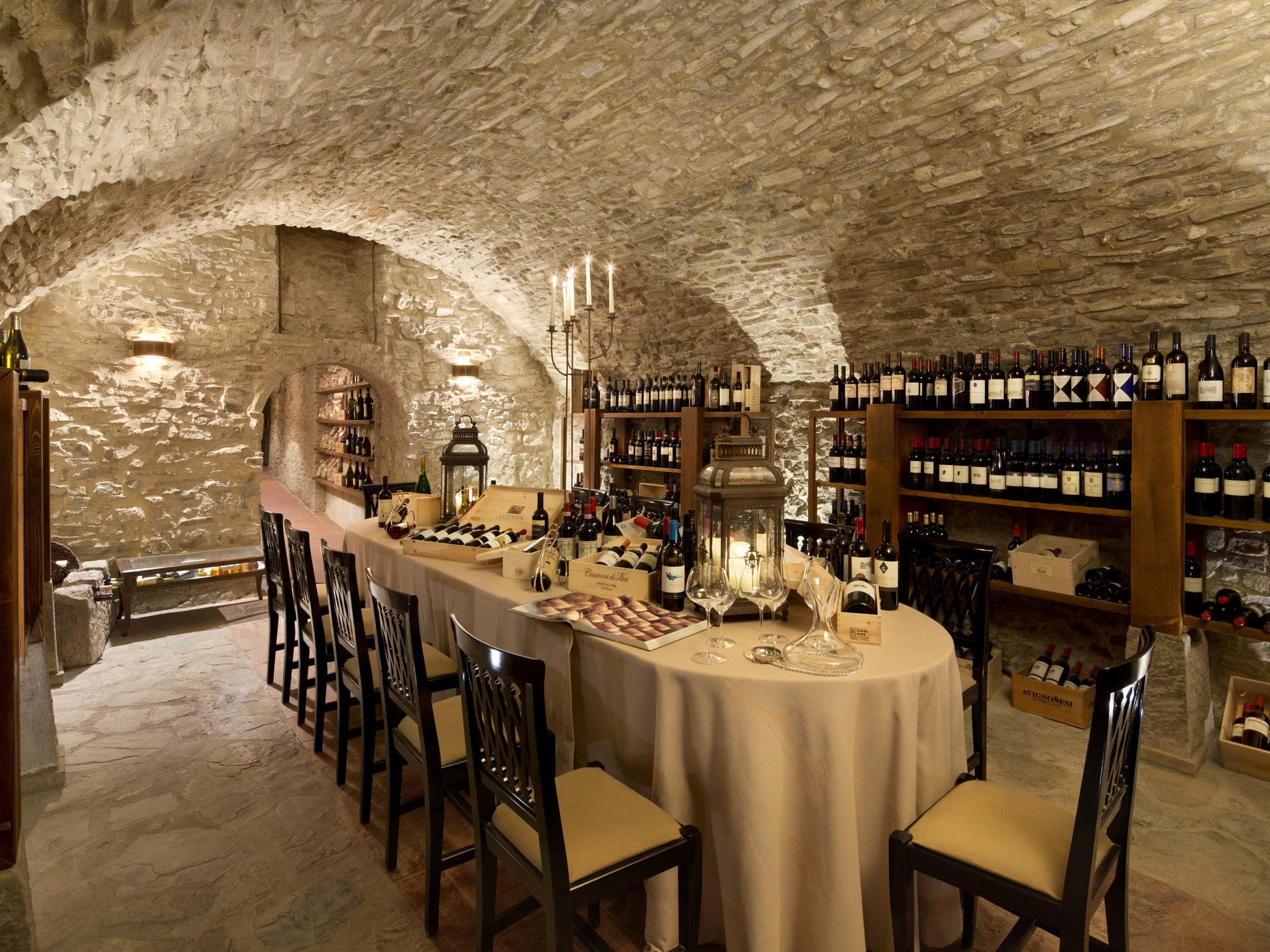 banquet table in wine cellar Unahotels Palazzo Mannaioni Toscana
