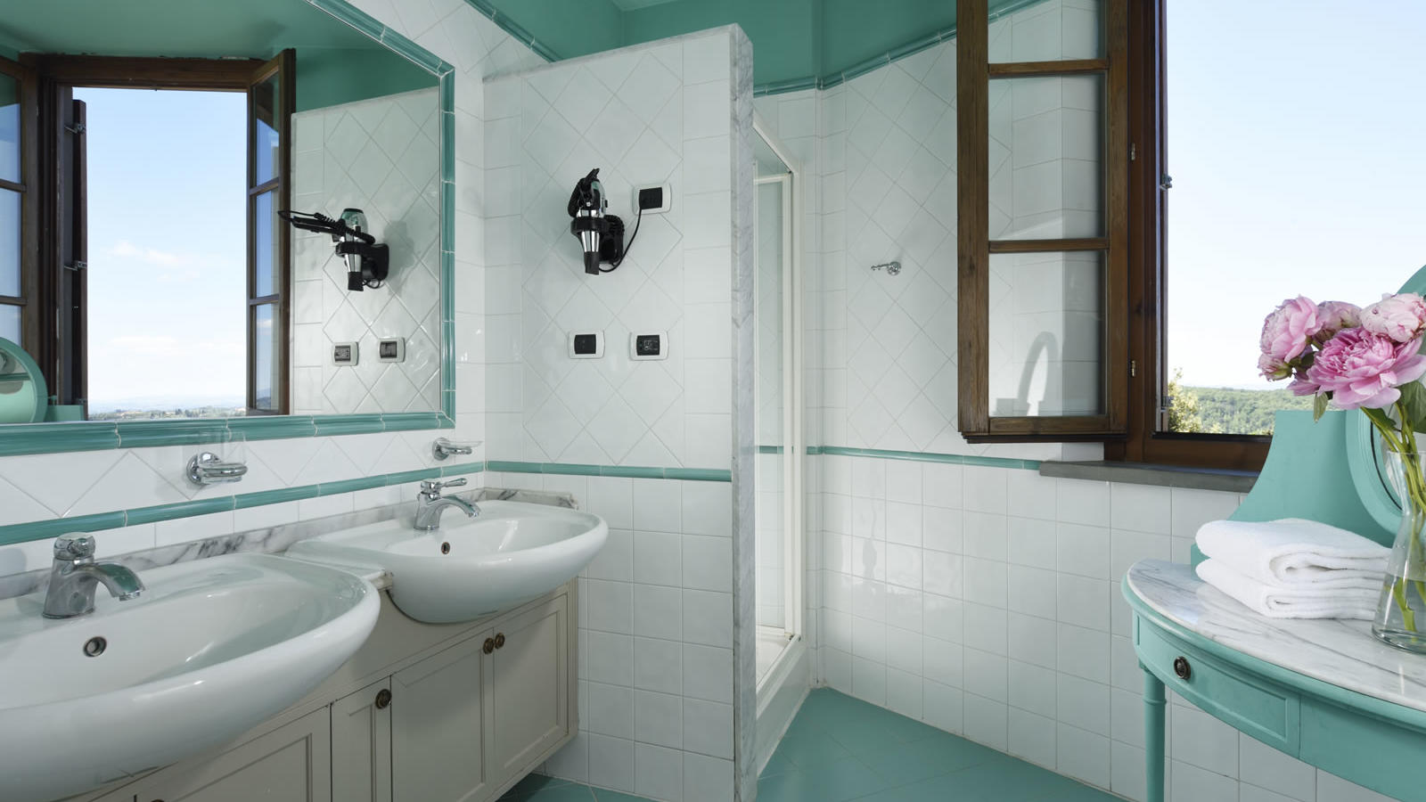 bathroom with shower and two sinks Unahotels Palazzo Mannaioni Toscana