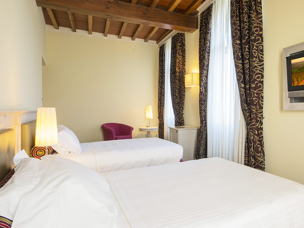 bedroom with 2 single beds Hotel Certaldo
