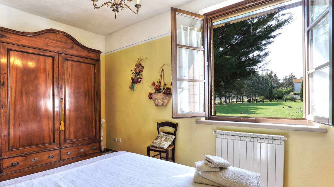 bedroom with double bed Le Selvole Farmhouse