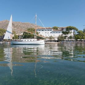 isabel-maría-2-boat-at-hotel-illa-d'or-puerto-pollensa-2--by-hoposa