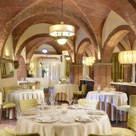 restaurant with dining tables and chairs Unahotels Palazzo Mannaioni Toscana