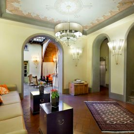 lobby with sofa and coffee tables Unahotels Palazzo Mannaioni Toscana