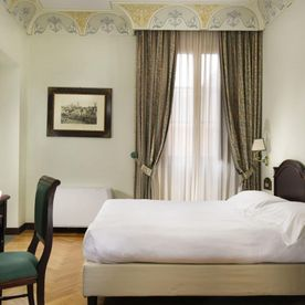 bedroom with two single beds Unahotels Palazzo Mannaioni Toscana