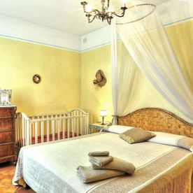 bedroom with double bed and 1 baby crib Le Selvole Farmhouse