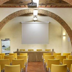 meeting room with seating and projector screen Unahotels Palazzo Mannaioni Toscana