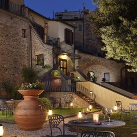 hotel gardens lit up at night time Unahotels Palazzo Mannaioni Toscana