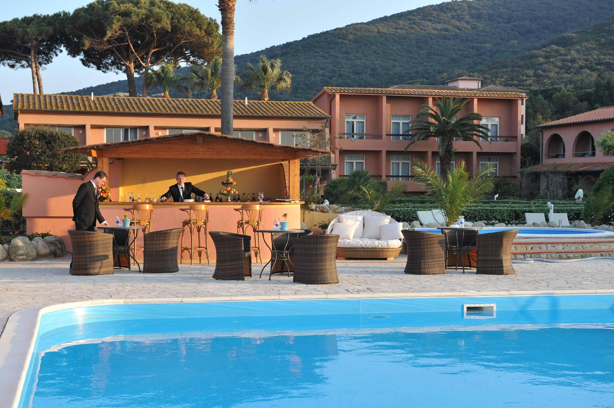 Hotel Del Golfo Exterior and Swimming Pool