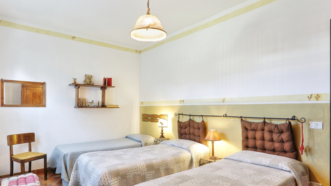 bedroom with 3 single beds Le Selvole Farmhouse