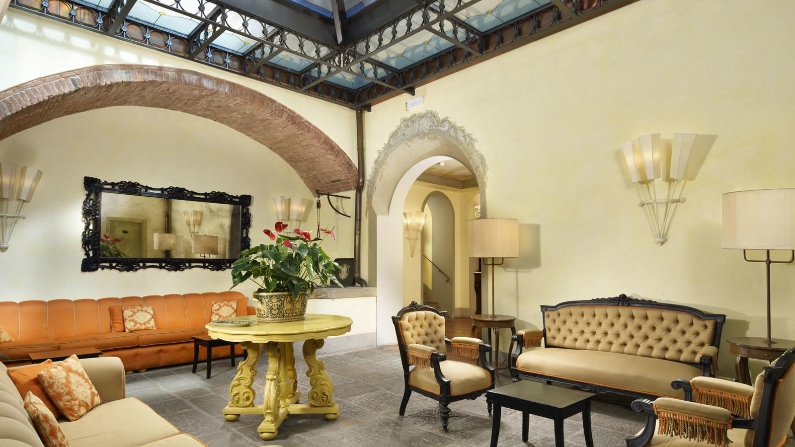 lounge with sofas and lots of natural light Unahotels Palazzo Mannaioni Toscana